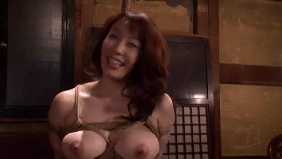巨乳な熟女が鼻フックをされ、義父に電マやバイブで性感帯を弄り回される近親相姦調教。